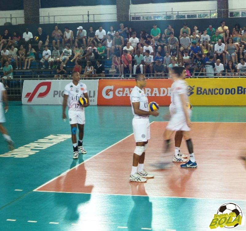 Sergio (número 17) e Manius (no centro, com a bola) foram dois dos principais destaques individuais da partida