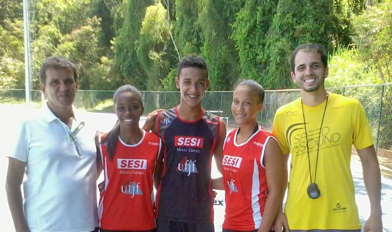 Integrantes do projeto (da esq. para a dir): Jorge Perrout, Camila Alves, Carlos Eduardo, Raphaela Diesse e o treinador, Jefferson Verbena