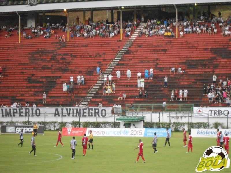 Depois de encarar a chuva na vitória sobre  Tombense., torcedor do Tupi volta ao Estádio Mário Helênio no sábado de carnaval