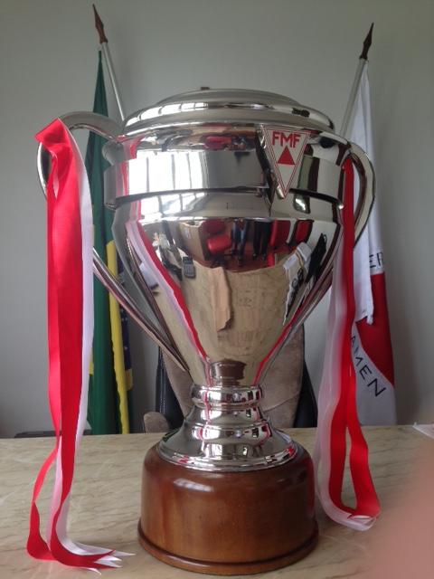 Taça de campeão mineiro de 2015: de metal e banhada a níquel, pesa 12 quilos e mede 80 centímetros, com design exclusivo para o Centenário da Federação Mineira de Futebol