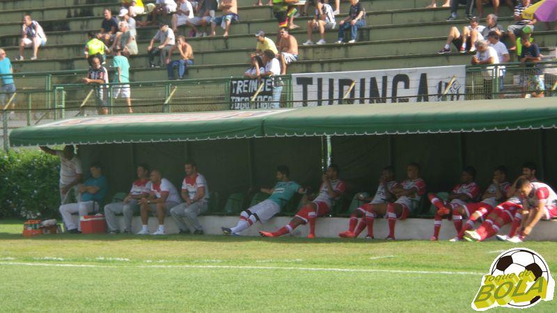 Sentadinho no banco: nos primeiros minutos,  treinador do Villa tentou permanecer mais reservado, fora dos olhares do torcedor