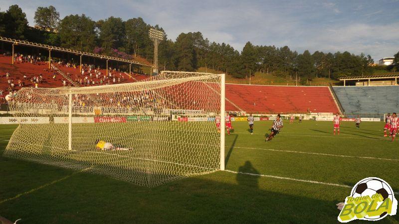 Tupi comemora segundo gol: apesar as mudanças, Leão do Bonfim vê a chance de se aproximar do G4 mais distante a cada lance do segundo tempo