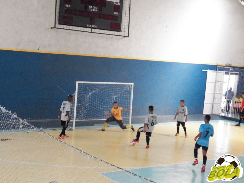 Ataque do São Bernardo: três jogadores contra o goleiro e o gol não saiu