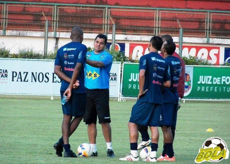 No fim do treino, Leston ainda aproveitou para conversar com expoentes do setor defensivo carijó, Glaysson, Fabrício Soares, Silvio e Genalvo