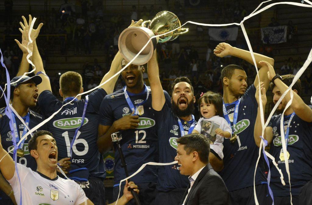 Jogadores do Cruzeiro comemoram conquista da Superliga 2014/15 após 3 sets a 1 sobre o Sesi-SP no Mineirinho (Foto Alexandre Arruda - site CBV)