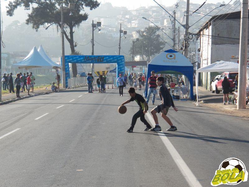 Ausência de cesta e proximidade do Rio Paraibuna não impediram a diversão dos jovens