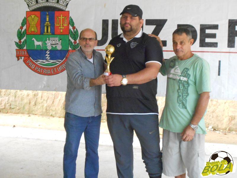 Representante do LFC recebe troféu de melhor defesa da Copa