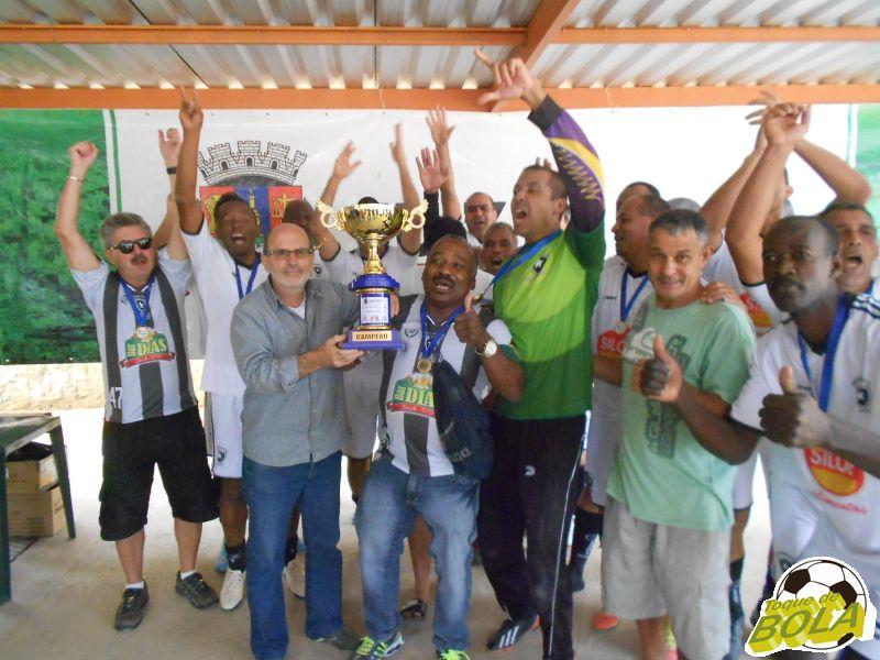Elenco do Botafoguinho/Grajaú recebe troféu e comemora título