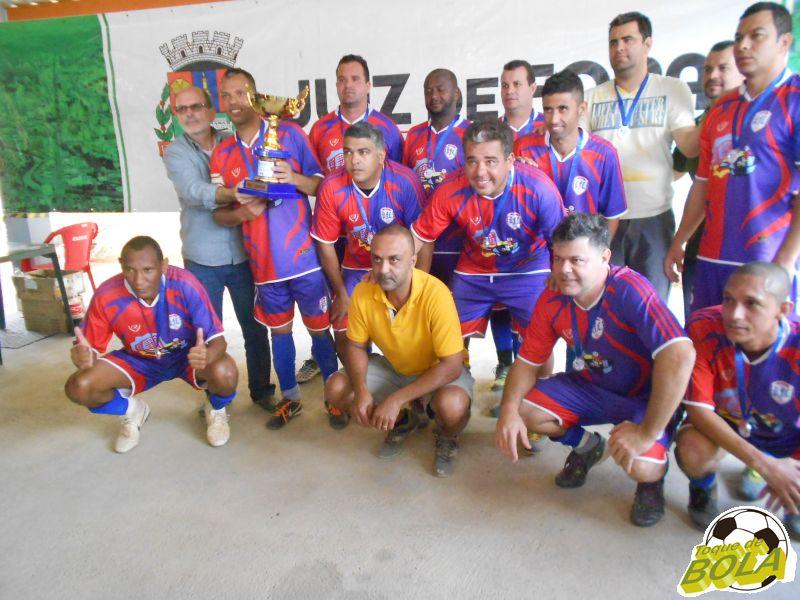 Vice-campeões do Panelinha posam com troféu