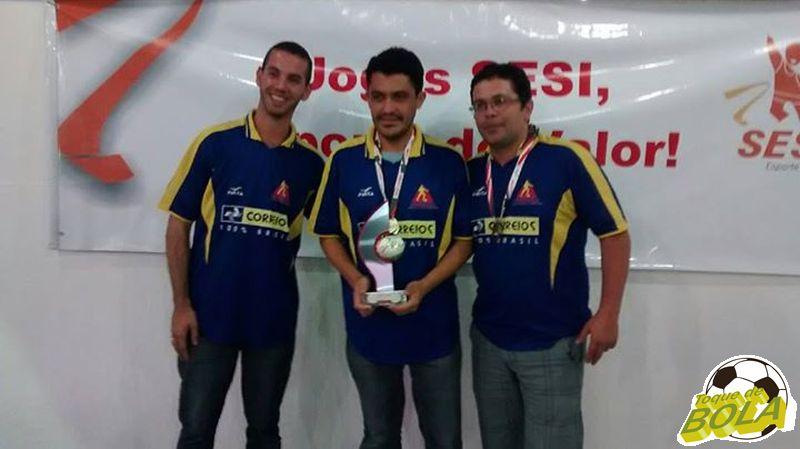 Trio campeão dos Correios no xadrez posa com medalhas e troféu dos Jogos Sesi