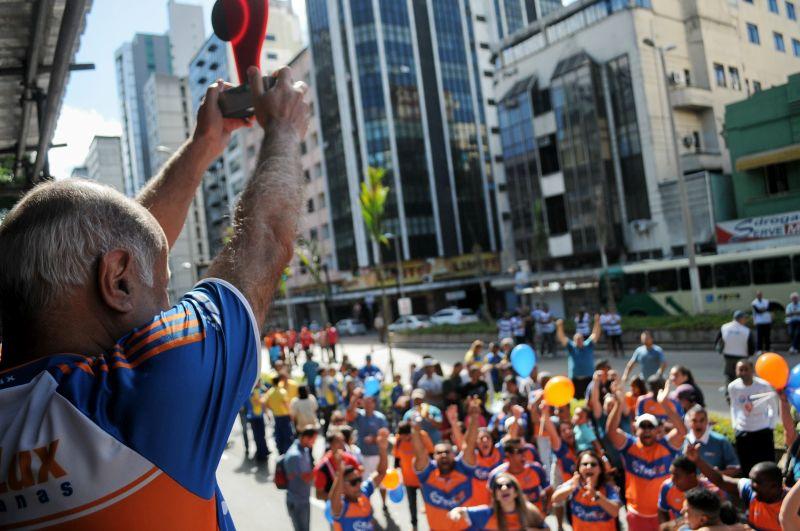 Atletas-trabalhadores da Persianas Fastlux comemoram primeiro lugar no desfile de abertura