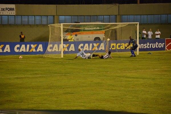 Gol de Quirino decretou a vitória do LEC (Foto: Léo Comello)