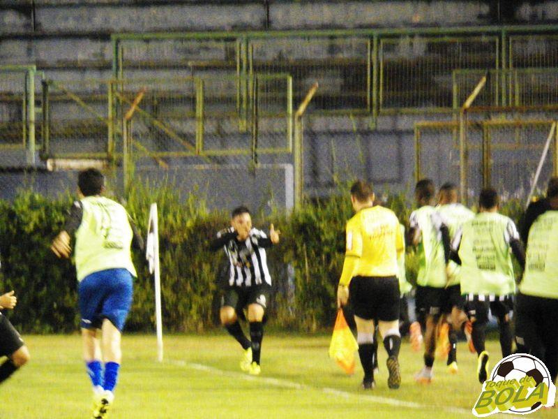 Comemoração de Bruno Aquino após o gol marcado: jogador tem dois tentos pelo Tupi na Série C