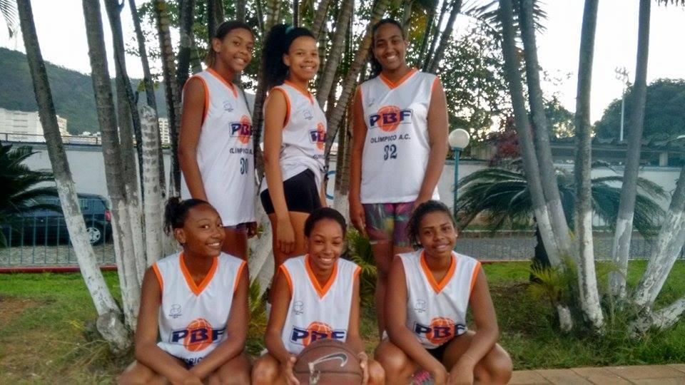 Vitória (em pé no centro) e outras meninas do PBF que foram selecionadas para a clínica em junho (Foto: Divulgação/PBF)
