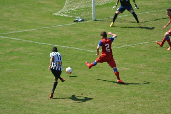 Felipe Augusto criou oportunidades pelo lado esquerdo (Foto: Filipe Rodrigues)