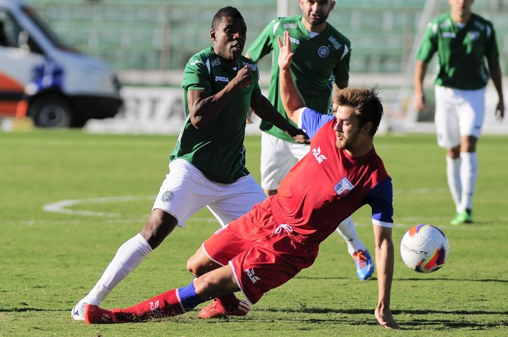 Léo Pereira (de vermelho) é um dos atletas emprestados pelo Furacão. (Foto: Rodrigo Villalba/Memory Press)