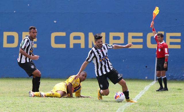 Marco Goiano foi novamente bem nas bolas paradas pelo Alvinegro juiz-forano (Foto: Felipe Couri / tupifc.esp.br)