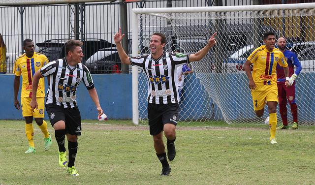 Bruno Ré comemora gol (Foto: Felipe Couri / tupifc.esp.br)