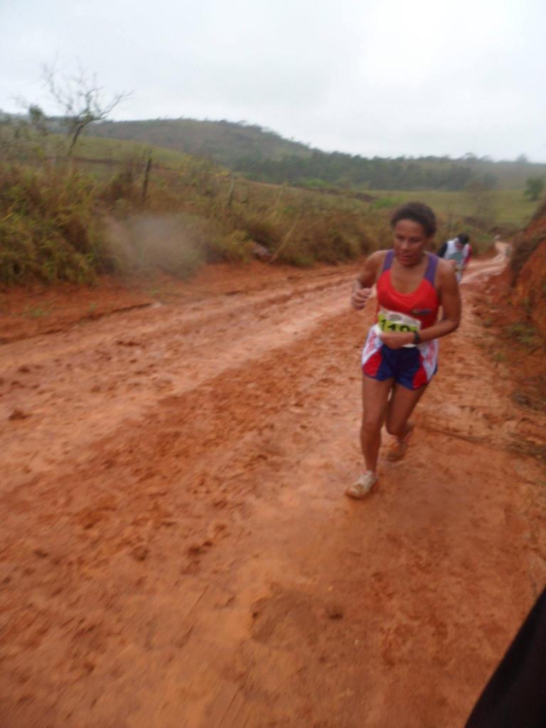 Ivani Gomes, terceira colocada, atravessando uma parte do percurso com muita lama