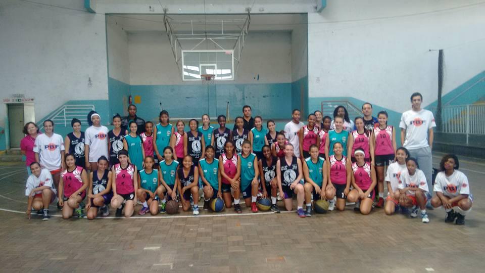 Quatro equipes participantes do Mineiro Feminino Sub-17 no ginásio do Olímpico