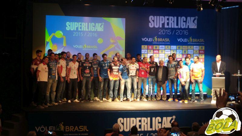 Representantes das equipes masculinas da Superliga 15/16 no palco do evento de lançamendo da competição