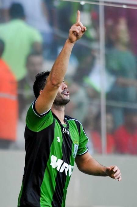 Wesley Matos, ídolo da torcida carijó, foi titular e marcou gol no jogo que carimbou o acesso alviverde