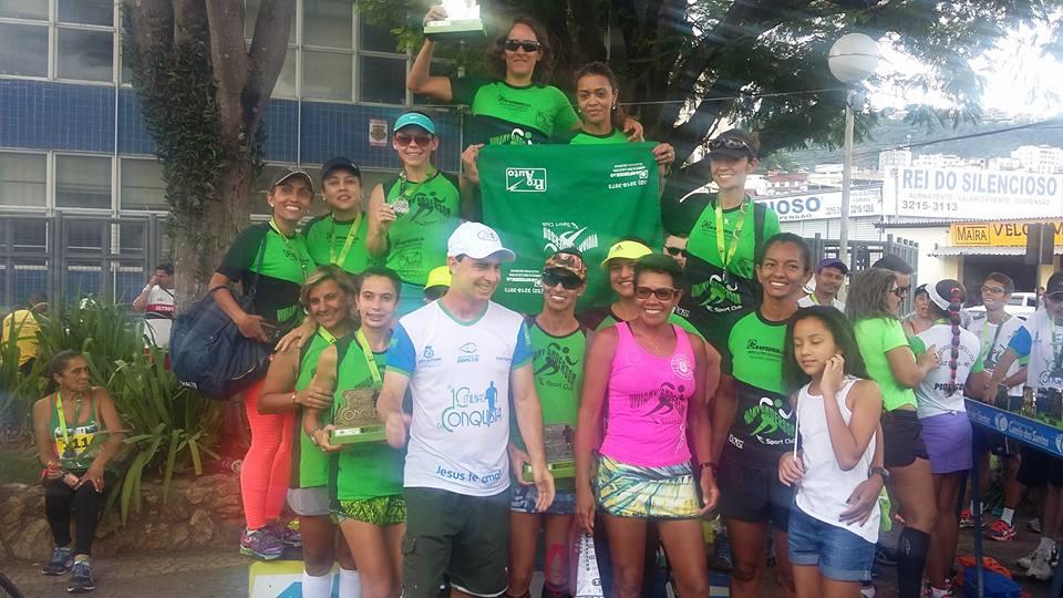 Integrantes da Viva Sport Club comemoram ouro por equipes no feminino