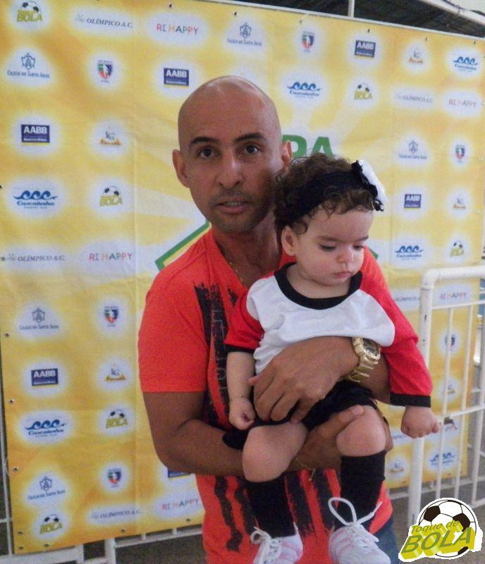 Wilmo, professor campeão no sub-13 e sub-15 pelo Mariano, levou sua filha, amuleto da sorte nas finais
