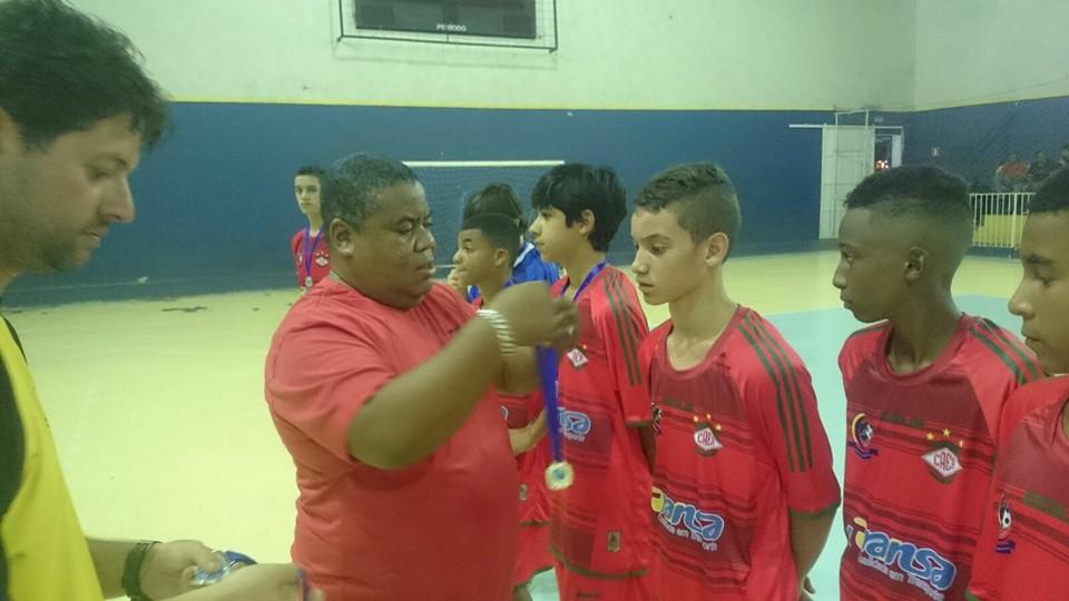 Cid Clei entrega medalhas para seus atletas do CAER Três Rios