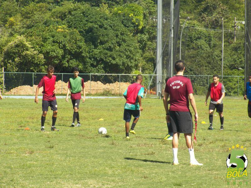 Treinamento da equipe sub-17 do Uberabinha/UFJF em campo reduzido na Faefid