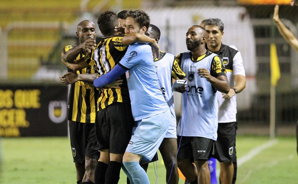 Jogadores se abraçam na comemoração do gol da vitória do Voltaço sobre o Flamengo