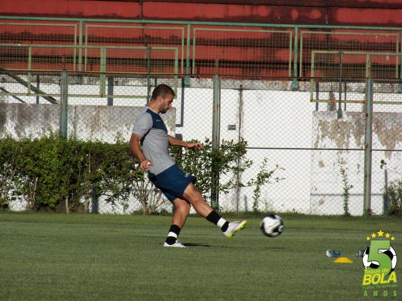 Michel Henrique tem dois gols em jogos oficiais pelo Tupi, diante de Guarani e Tombense