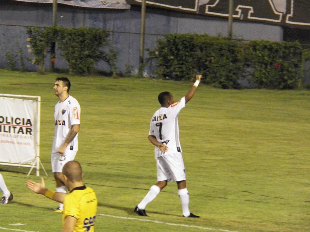 Robinho comemora seu gol - o segundo do Atlético