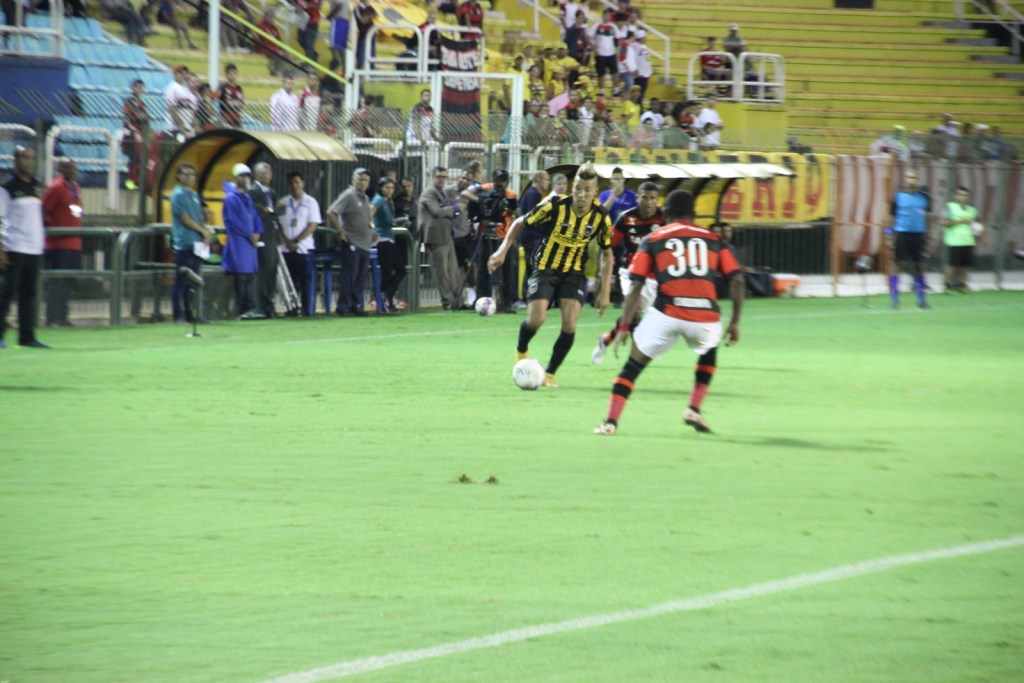 No estadual do Rio, Felipe Surian observa Lucas à beira do campo na vitória sobre o Flamengo