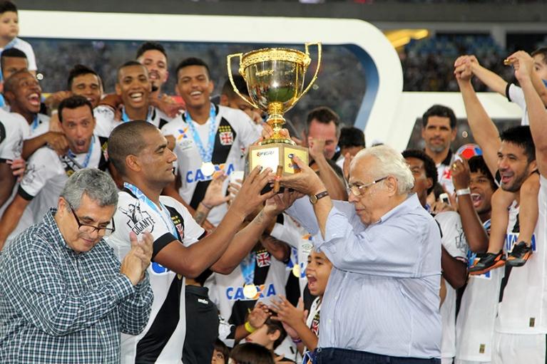 """Vasco comemora título invicto no Rio, com """"veteranos"""" que chegaram ao clube sob desconfiança dos torcedores"""