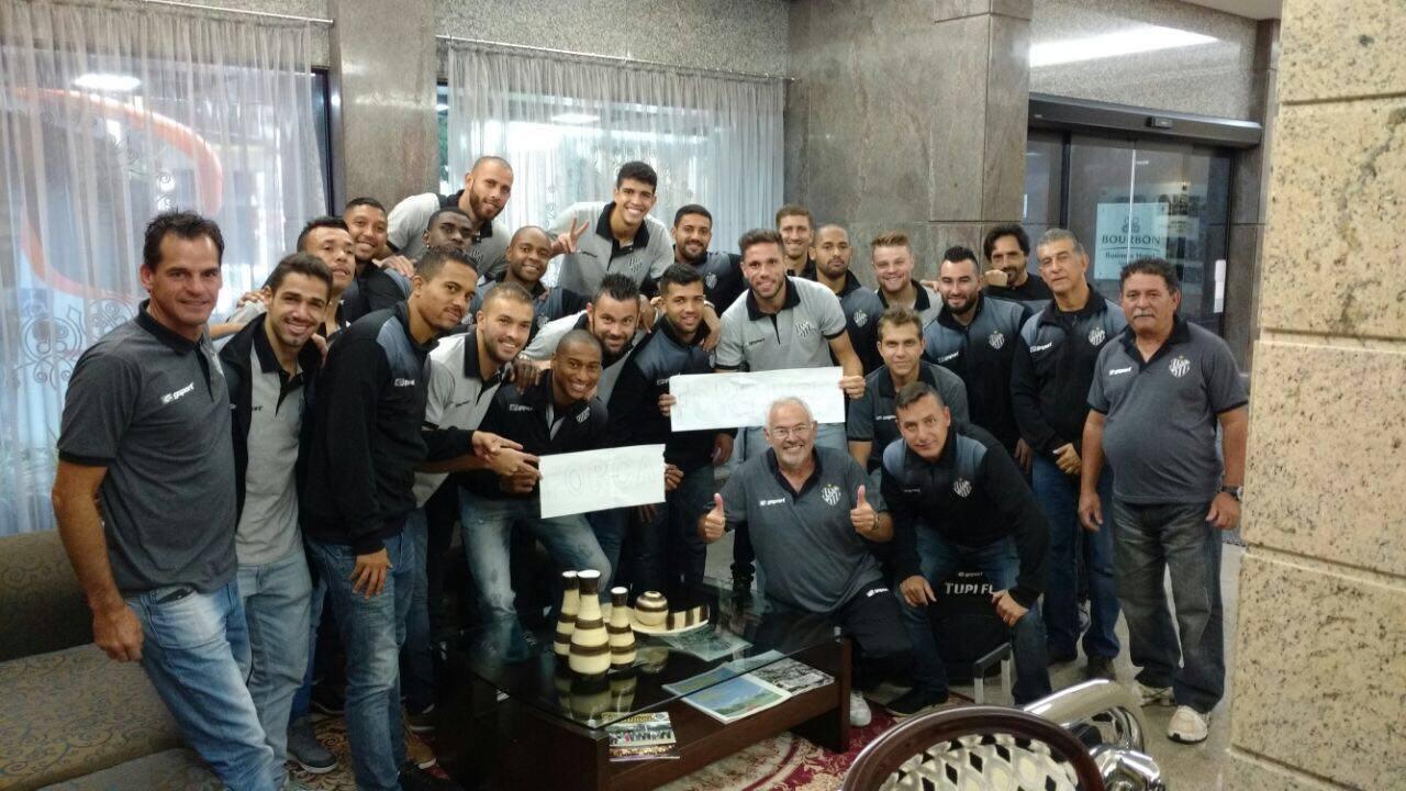Delegação do Tupi reunida na visita ao lateral Formiga no hospital em  Londrina 09d2df389700f