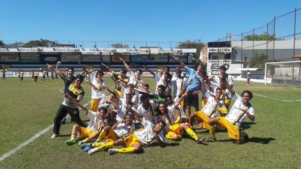 Equipe Sub-15 do Uberabinha-UFJF: comemoração em dose dupla - título e acesso