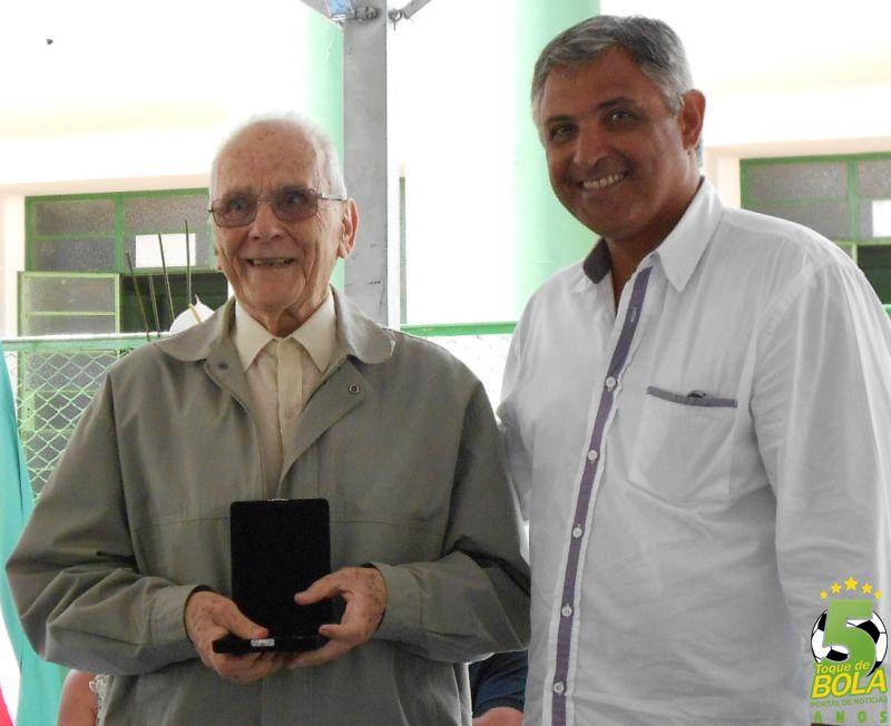 Homenagem do futebol entregue a Pirilo pelo ex-presidente Walmir Evangelista