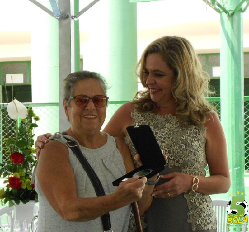 Homenagem à ex-atleta Lea Gaburri entregue pela diretora jurídica Flavia Facio