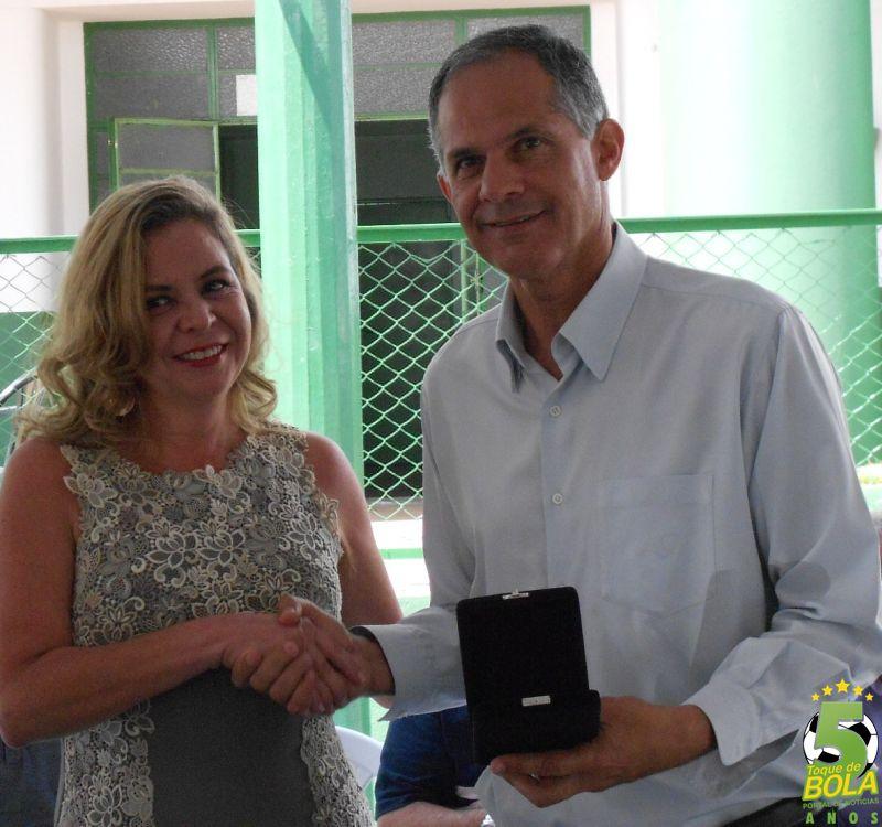 Homenagem ao ex-presidente Betinho Inham, entregue pela diretora jurídica Flavia Facio