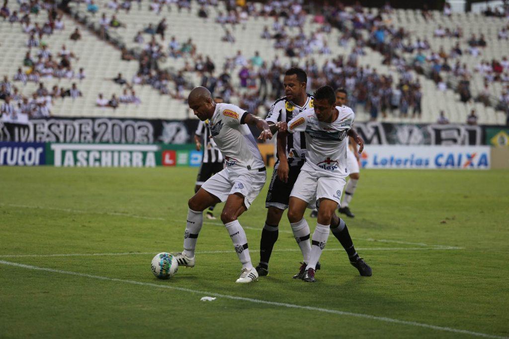 Atacante Bill acabou levando a melhor sobre a frágil defesa alvinegra, abrindo o caminho da vitória do Ceará