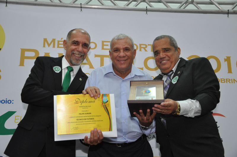 Felipe Surian - Mérito 2016 Técnnico de Futebol - foi representado pelo pai, que recebeu a homenagem pelo panathleta Paulo César Durães, presidente da Liga de Futebol de Juiz de Fora