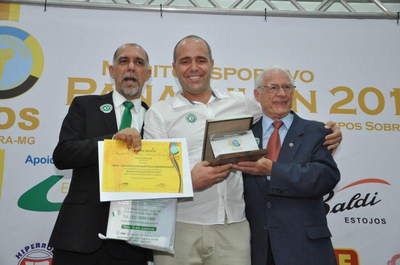 Cláudio Esteves, o diretor da Faefid, Maurício Bara Filho, e o panathleta Hamlet Pernisa: Comenda Carlos de Campos Sobrinho