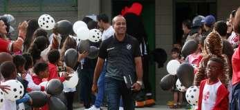 Aílton sorridente, na entrada da equipe em campo