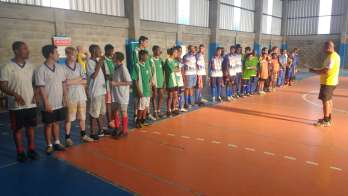 Professor Leonardo Lima com os meninos do futebol