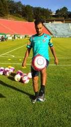 Tchô correu em volta do campo e bateu bola no gramado do Estádio Mário Helênio