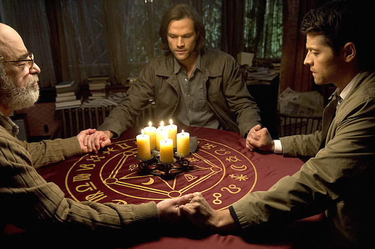 """Supernatural -- """"Inside Man"""" -- Image SN1017B_0238 -- Pictured (L-R): Richard Newman as Oliver, Jared Padalecki as Sam, and Misha Collins as Castiel -- Credit: Carole Segal/The CW -- © 2015 The CW Network, LLC. All Rights Reserved"""