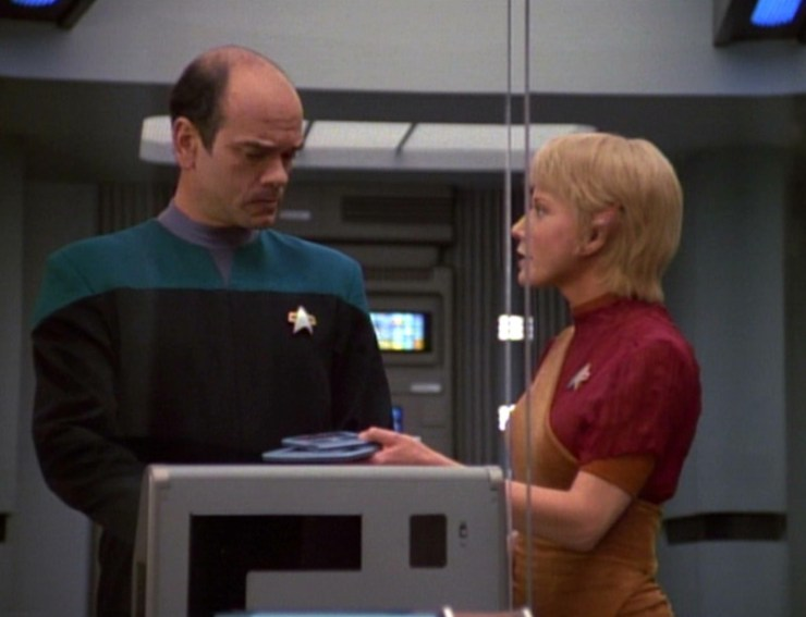 The EMH (Robert Picardo) and Kes (Jennifer Lien) in Star Trek: Voyager