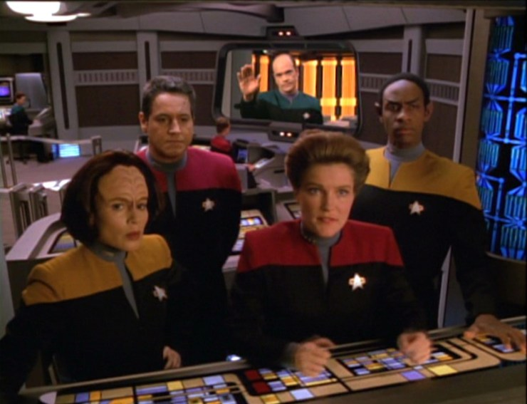 Voyager crew on the bridge in Star Trek: Voyager