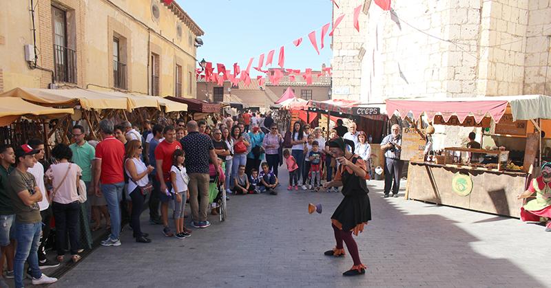 El espectáculo en la calle se adueña del mercado medieval de Tordesillas